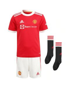 Front collective view of the Man Utd 21-22 kids home kit. Red and white jersey, white and red shorts and black and red socks.